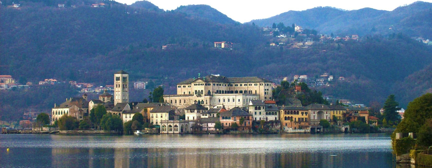 La romantica scenografia del lago d'Orta… Appuntamento con l'amore